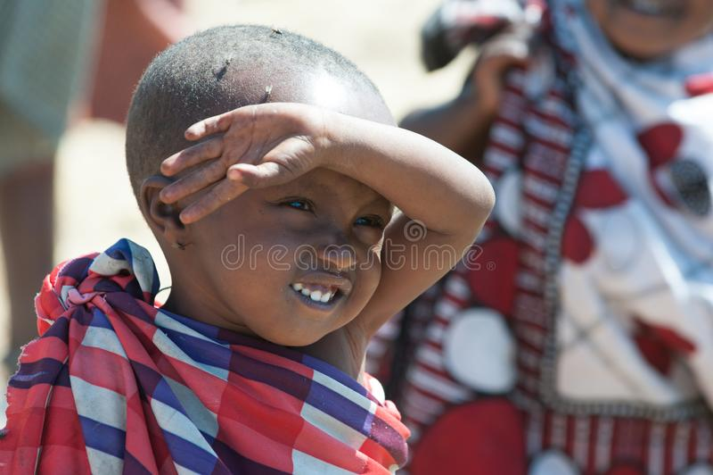 有眼睛的Maasai男孩有很多飞行,坦桑尼亚 飞行下鸡蛋入眼睛,以便孩子能失明 免版税库存照片