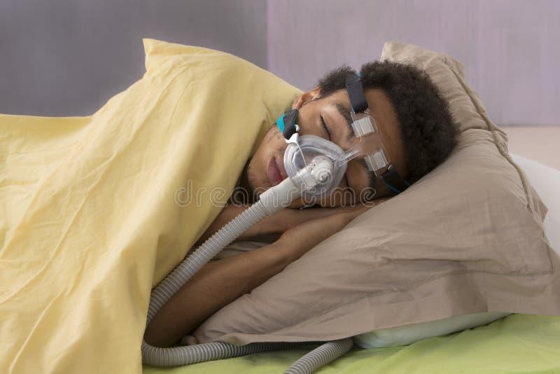 有睡眠停吸和CPAP机器的人 免版税库存照片