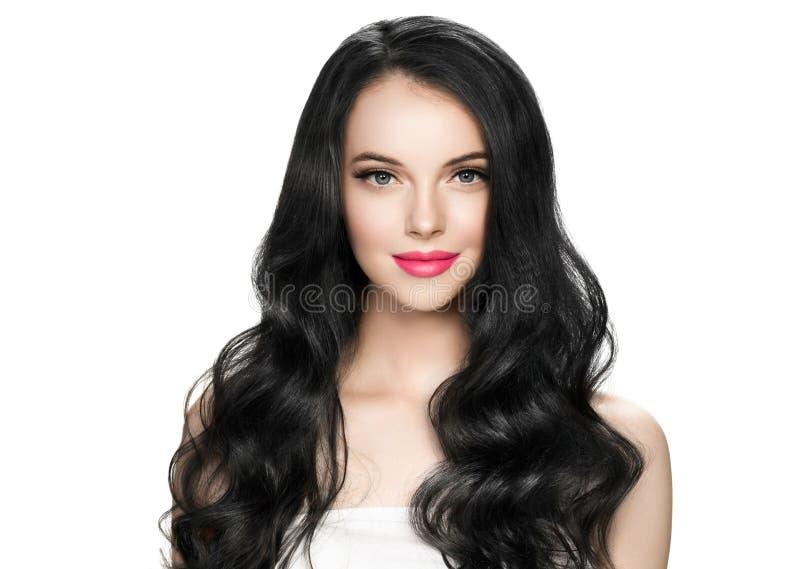 有睫毛引伸和长的深色的卷曲发型粉色口红的美丽的深色的妇女 免版税图库摄影