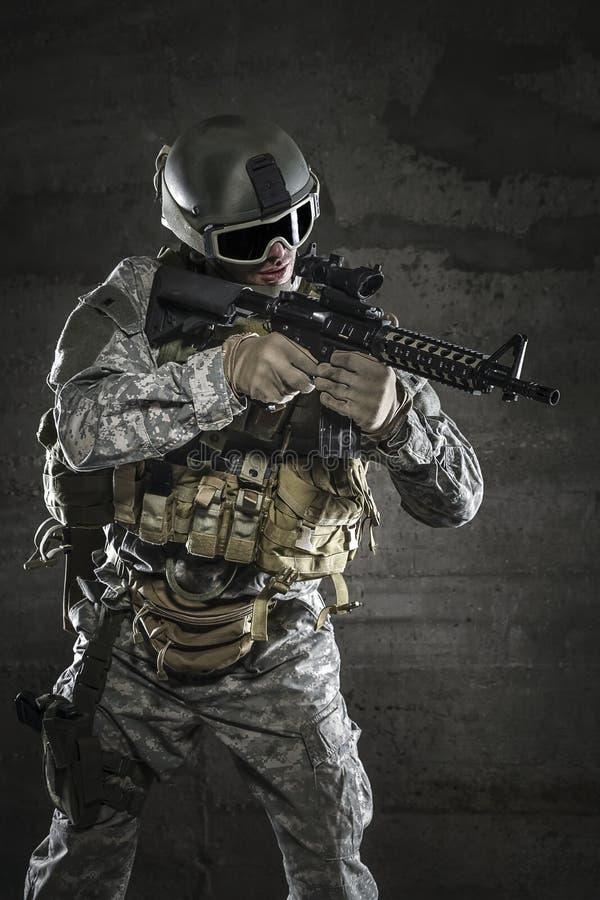 有瞄准步枪的面具的战士 库存图片