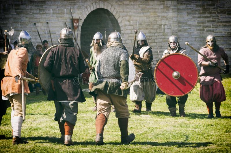 有矛和盾的战士在战斗 库存照片