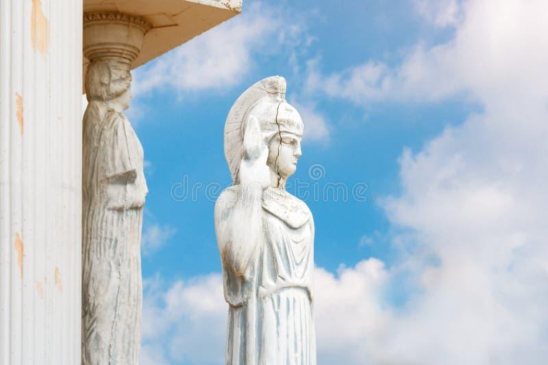 有矛雕象的妇女 在古希腊雅典娜雕塑的复制品在一个公园 女性希腊语的破裂的面孔 图库摄影