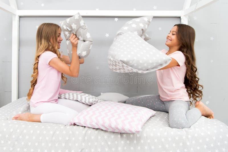 有知己的女孩乐趣sleepover党 枕头战睡衣派对 乐趣的Sleepover时间 最佳的女孩sleepover 库存图片