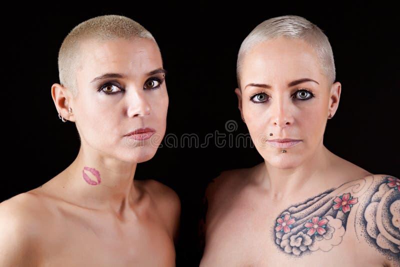 有短发和纹身花刺的妇女 图库摄影