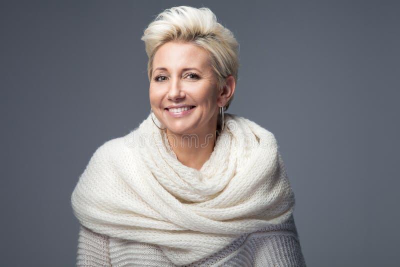 有短发的美丽的白肤金发的夫人 免版税库存照片