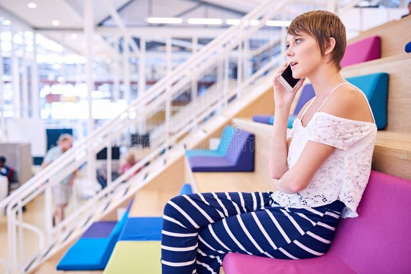 Download 有短的棕色头发的少妇在她的手机 库存图片. 图片 包括有 建议, 移动电话, 片剂, 移动, 白种人, 妇女 - 72352801