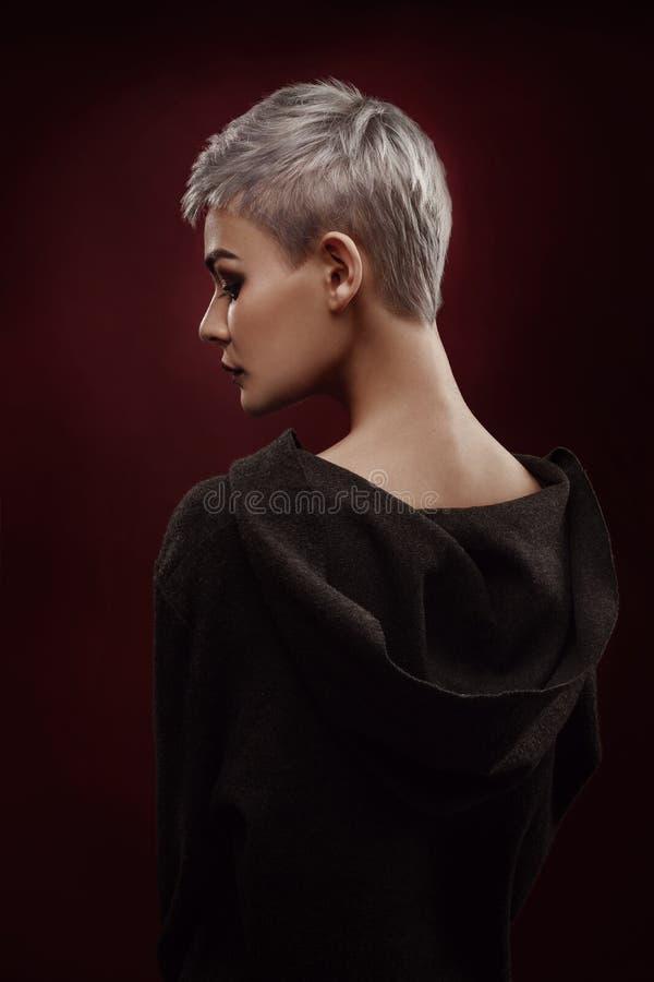 有短的灰色头发的美丽的少妇 免版税库存图片