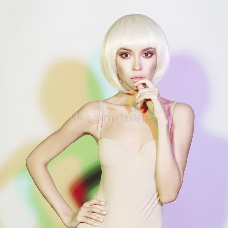 有短的理发的时尚美丽的金发碧眼的女人 图库摄影