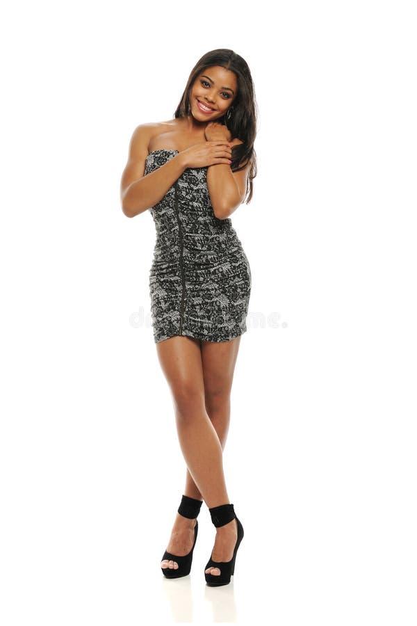 有短的礼服的年轻时尚妇女 免版税图库摄影