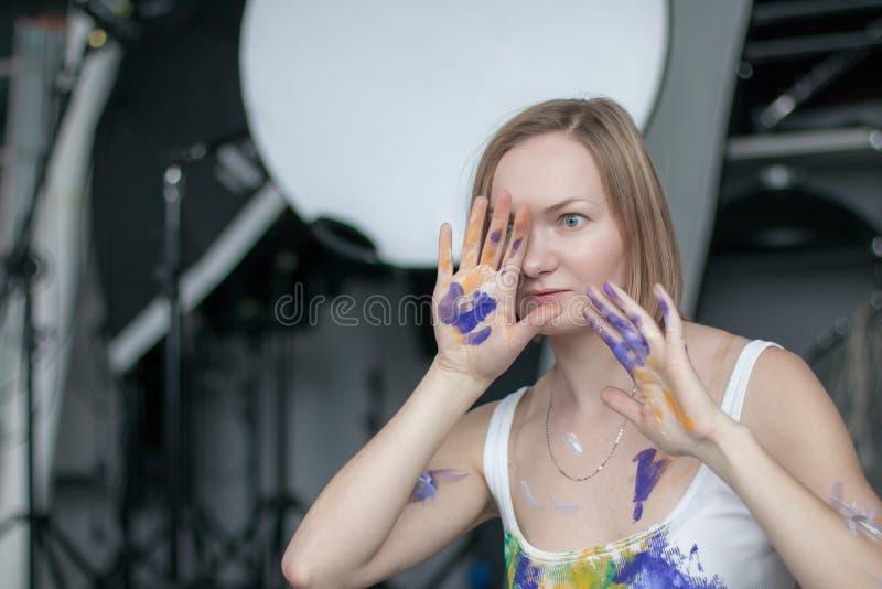 有短的金发的女性艺术家 免版税图库摄影