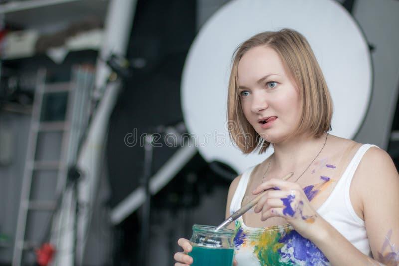 有短的金发的女性艺术家 免版税库存照片