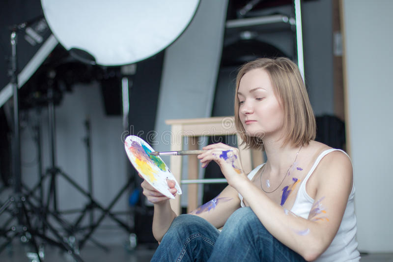 有短的金发的女性艺术家 免版税库存图片