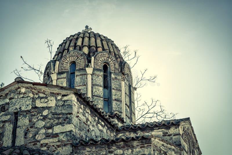 有石十字架的老希腊教会在蓝天背景  库存图片