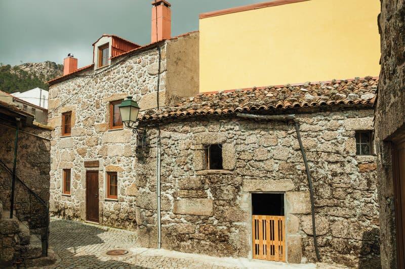 有石墙的老房子在一个离开的胡同 免版税库存图片