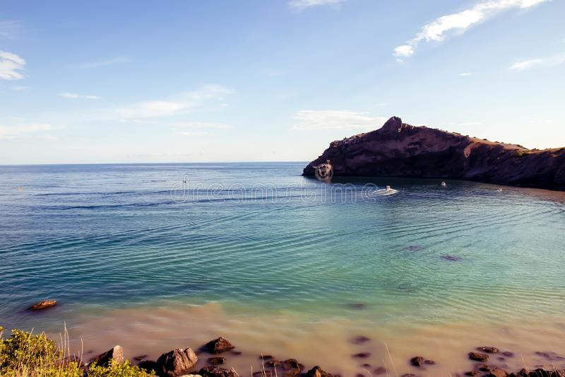 有石头的在岸,天蓝色黑海 库存照片