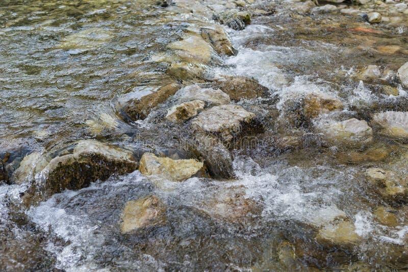 有石头的岩石粗砺的河 免版税库存图片