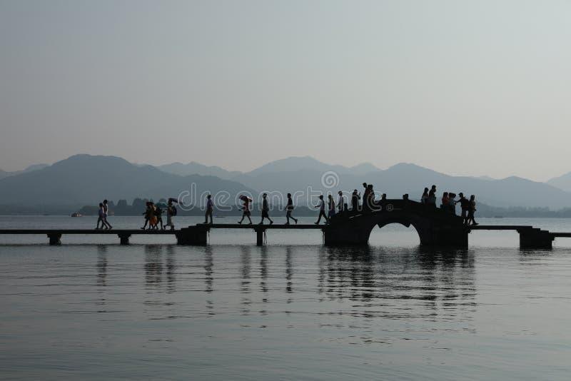 有石桥梁的西湖 免版税库存图片