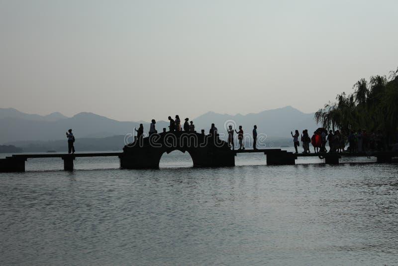 有石桥梁的西湖 免版税图库摄影