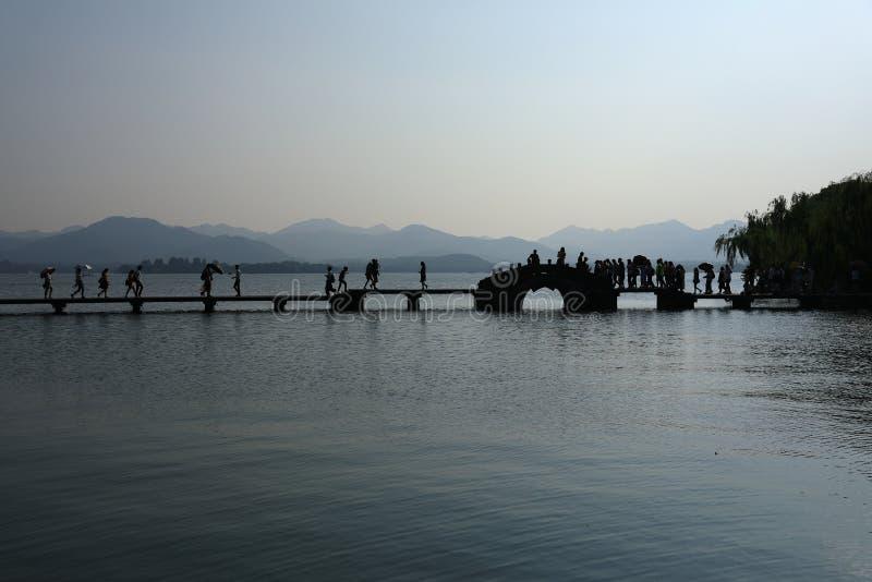 有石桥梁的西湖 图库摄影