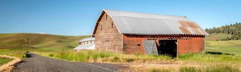 有石渣路和谷仓的爱达荷农场 库存照片