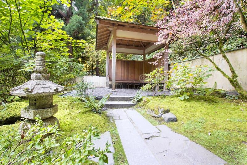 有石灯笼的日本庭院茶屋 库存图片