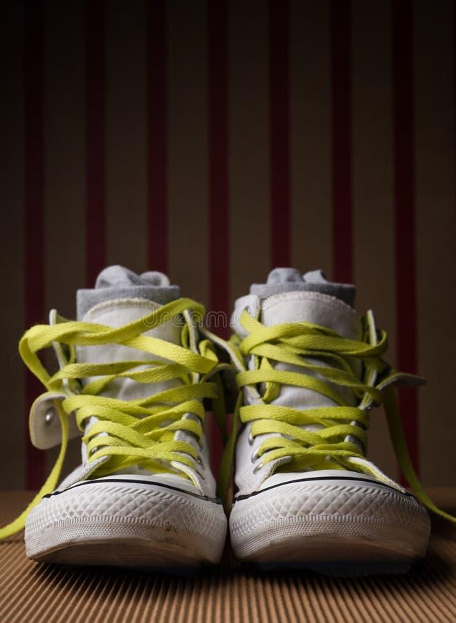 有石灰鞋带的白色在镶边背景的鞋子&袜子 库存图片