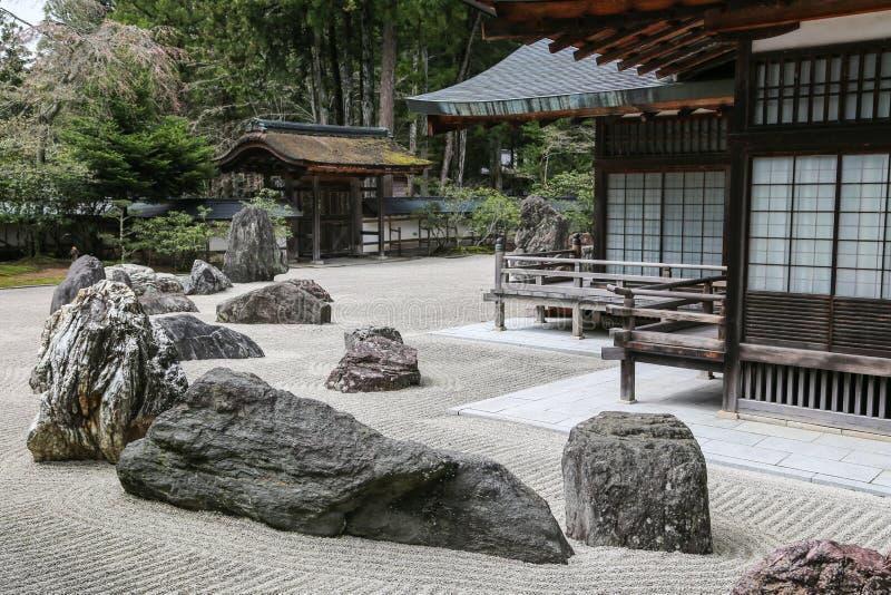 有石头的传统日本禅宗庭院 免版税库存图片