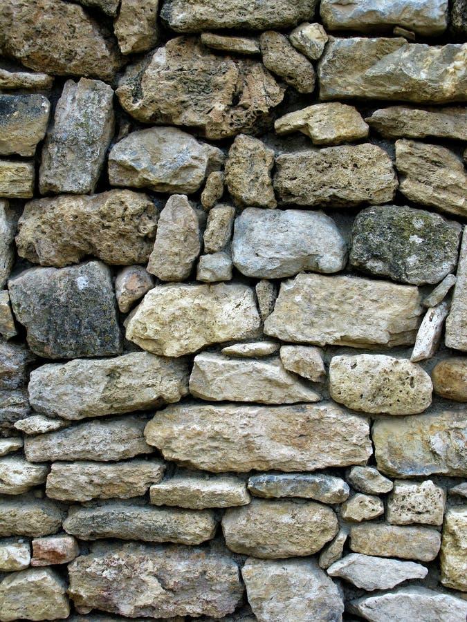 有石头的老墙壁被设置在他们之间 库存照片