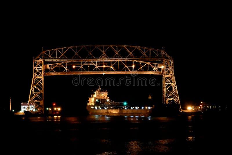 有矿石船输入的港口的德卢斯明尼苏达空中升降吊桥在晚上 库存图片