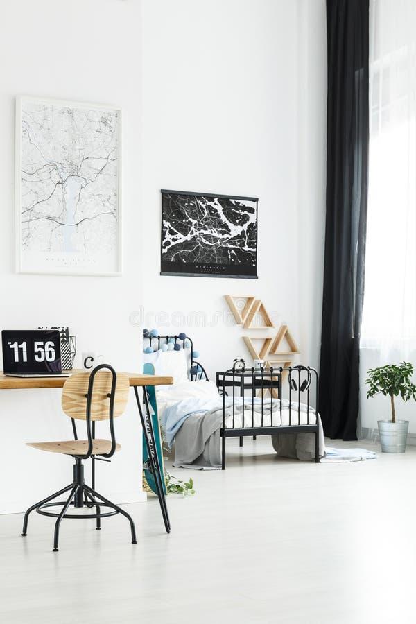 有研究空间的现代卧室 免版税库存照片