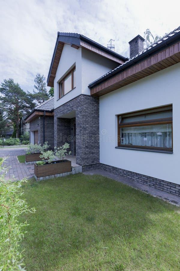 有砖海拔的现代房子 免版税图库摄影