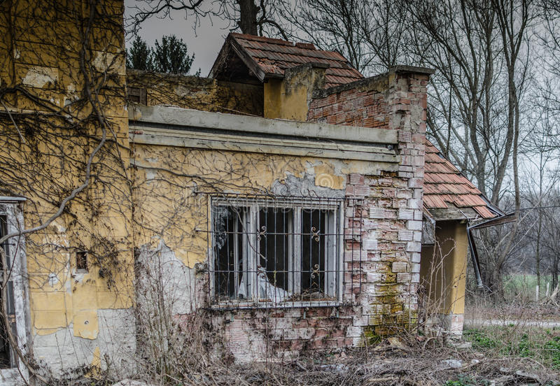 有砖的被放弃的房子 图库摄影