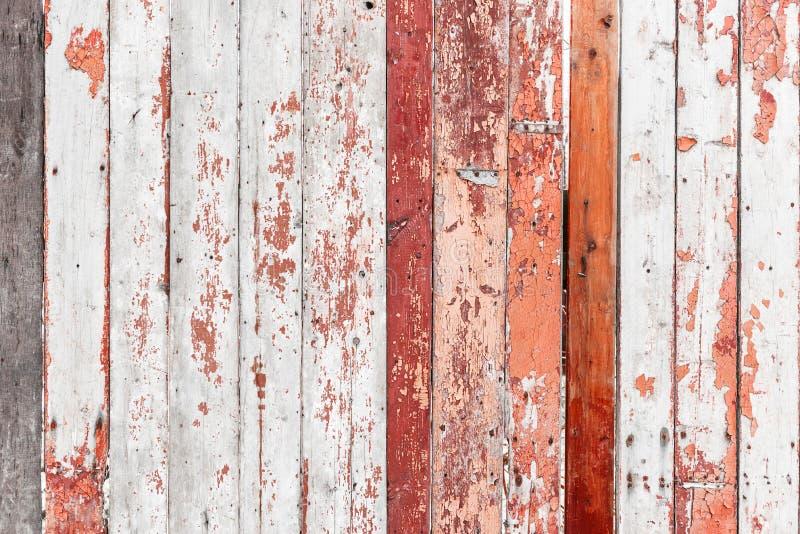 有破裂的油漆纹理的老木篱芭 免版税库存图片