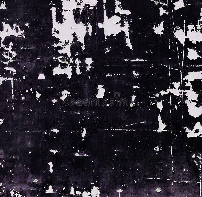 有破裂的黑油漆纹理的老年迈的脏的墙壁 免版税库存图片