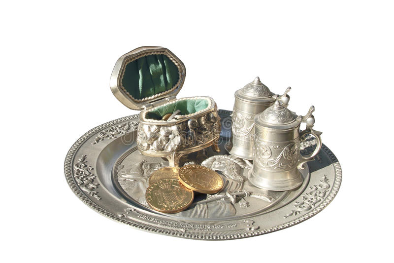 有硬币和小圈子的小箱在被镶嵌的金属盘子 库存图片