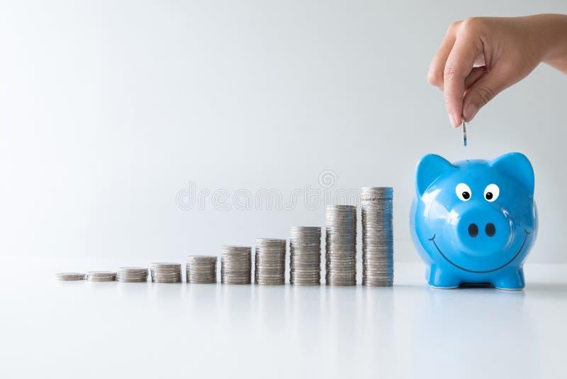 有硬币长条图的蓝色存钱罐,提高开始未来规划的事务对成功,攒钱和退休基金 库存照片