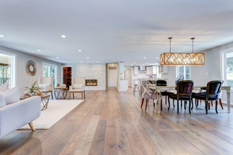 有硬木地板的宽敞生存和餐厅 免版税库存照片