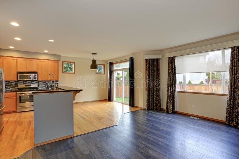 有硬木地板的小紧凑厨房室 免版税库存图片