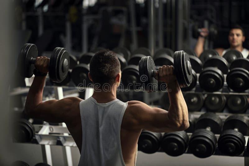 有确信的坚强的举重运动员锻炼 免版税图库摄影