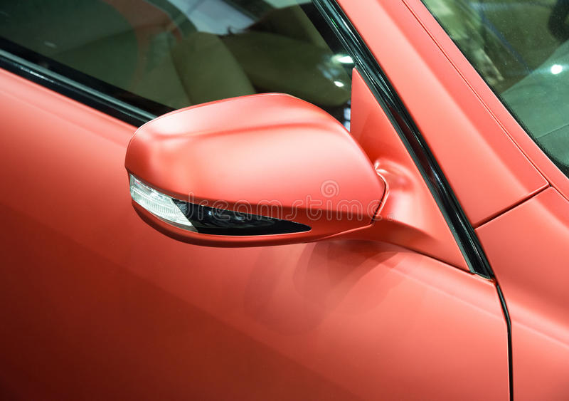 有碳涂层和轮的红色外部后视镜 库存照片