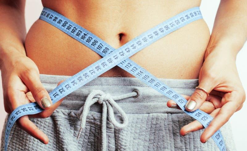 Download 有磁带的妇女测量的腰部在结喜欢礼物,非洲人棕褐色 库存图片. 图片 包括有 腹部, 形状, 亭亭玉立, 礼品 - 72369093