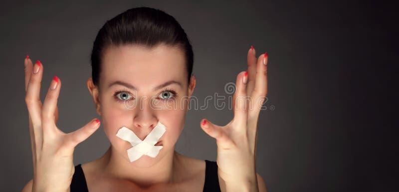 有磁带的少妇在嘴唇 免版税库存照片