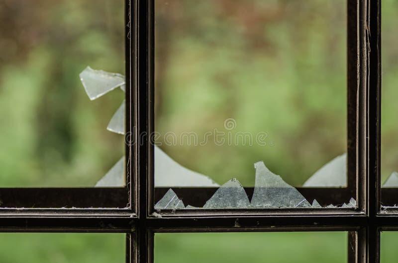 有磨碎的残破的玻璃窗格 库存图片