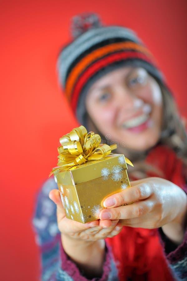 有礼品的冬天女孩 免版税库存照片