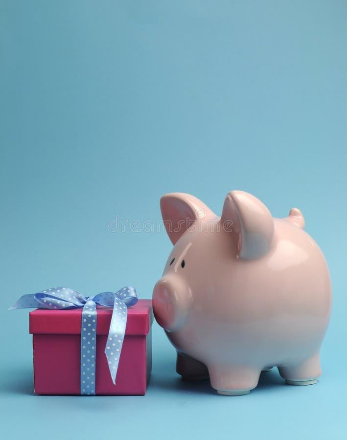 有礼品的存钱罐储蓄概念的-与复制空间的垂直。 免版税库存照片