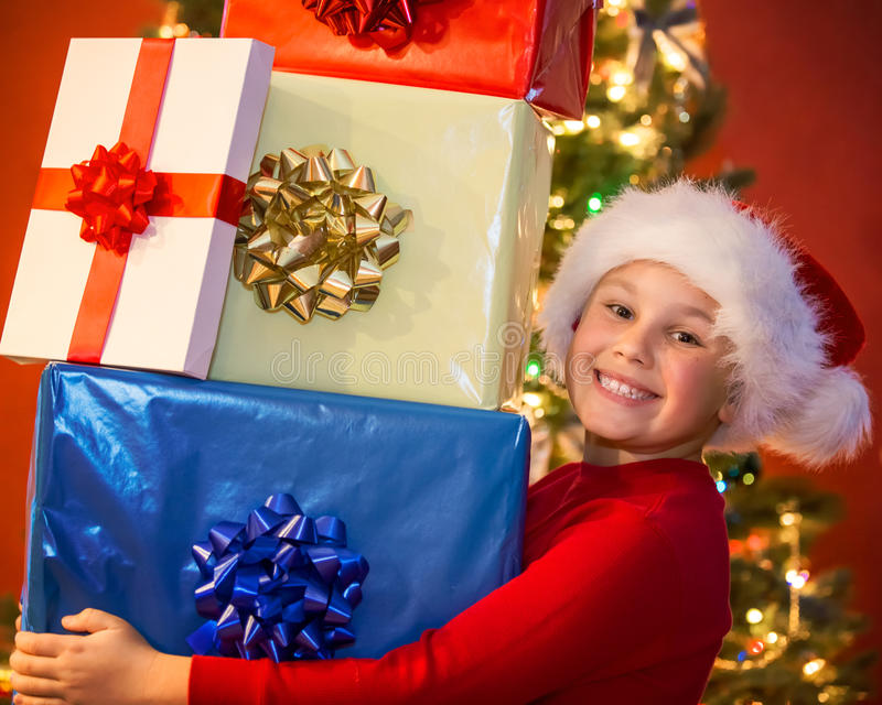 有礼品的男孩 库存照片