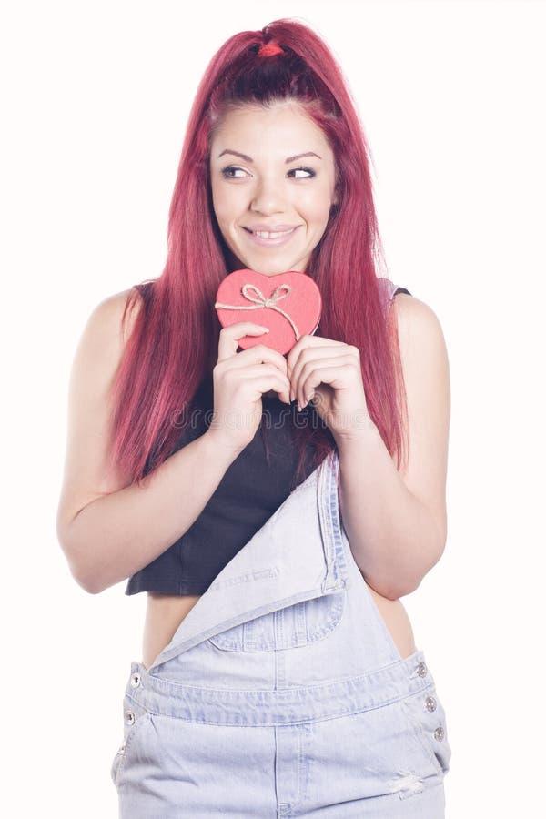 有礼物心形的箱子的愉快的红头发人女孩 免版税库存图片