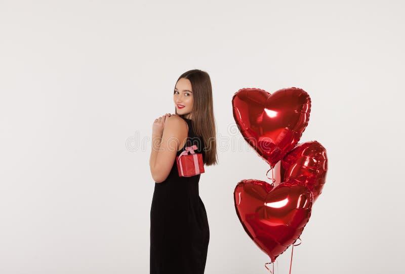 有礼物的妇女在情人节 免版税库存图片