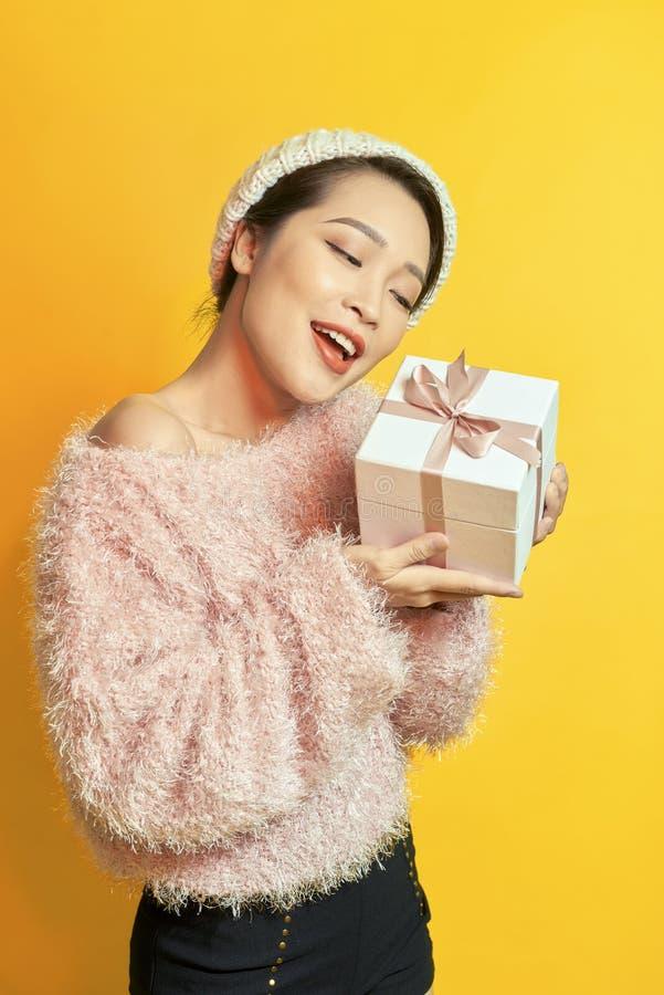 有礼物的妇女 有礼物的愉快的女孩 库存图片