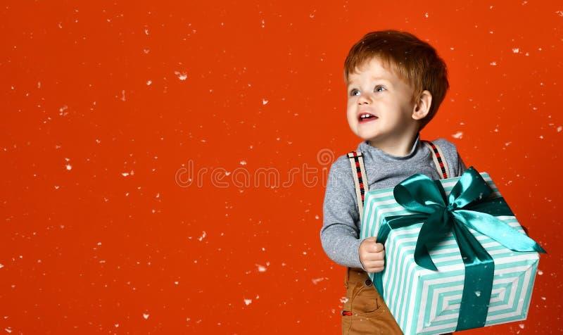 有礼物的小滑稽的男孩 免版税库存照片